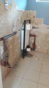A vízszerelés falon belüli része kész